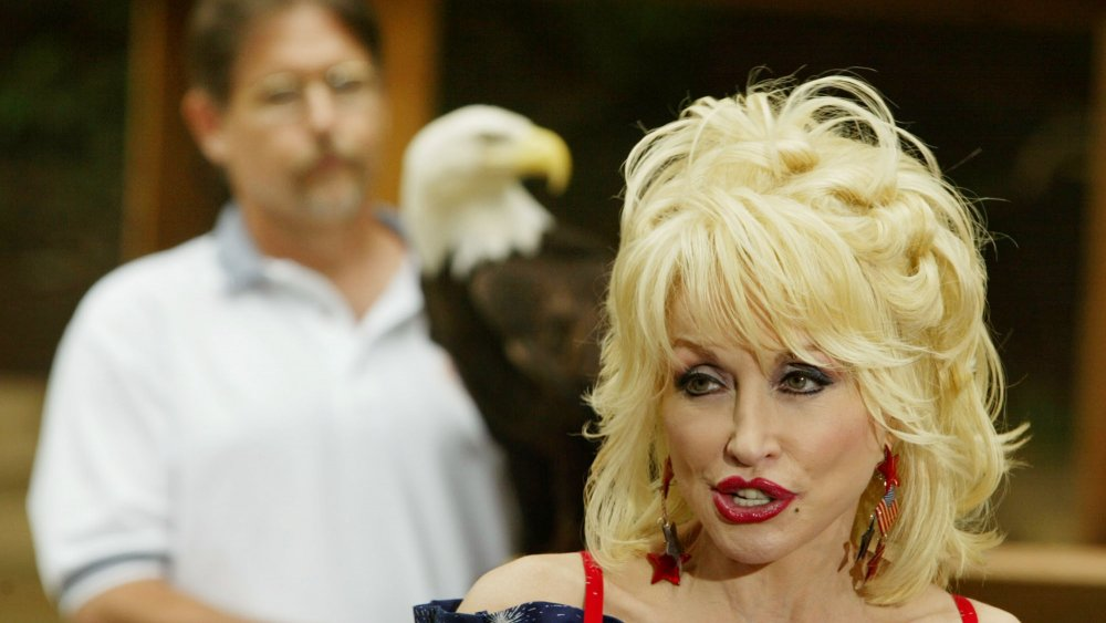 Dolly Parton with eagle and eagle handler, 2003