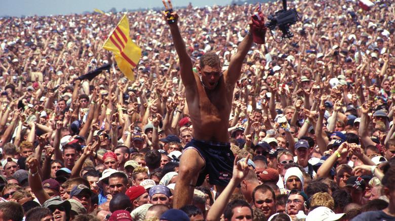 Толпа на Вудстоке 99