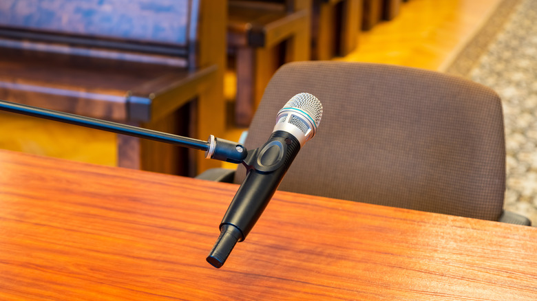 Микрофон в зале суда