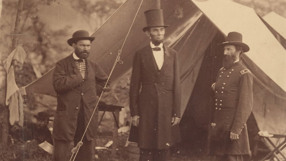 Abraham Lincoln with soldiers