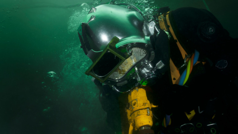 Deep-sea diver with pneumatic equipment