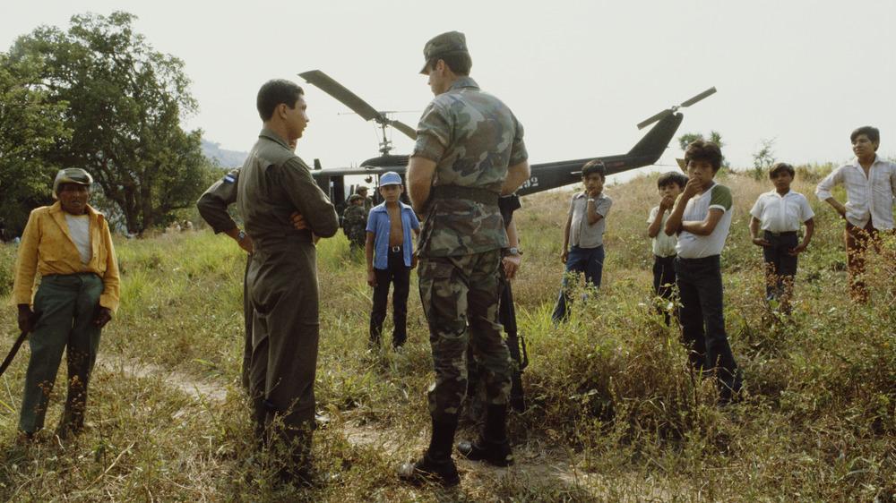 American soldier advising Salvadoran soldier