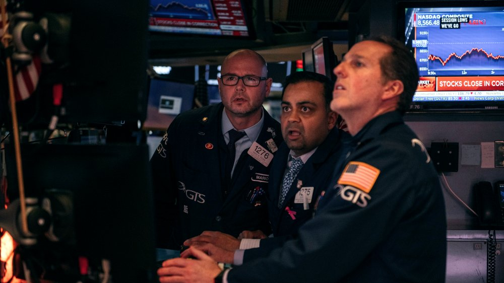 traders watch the dow crash