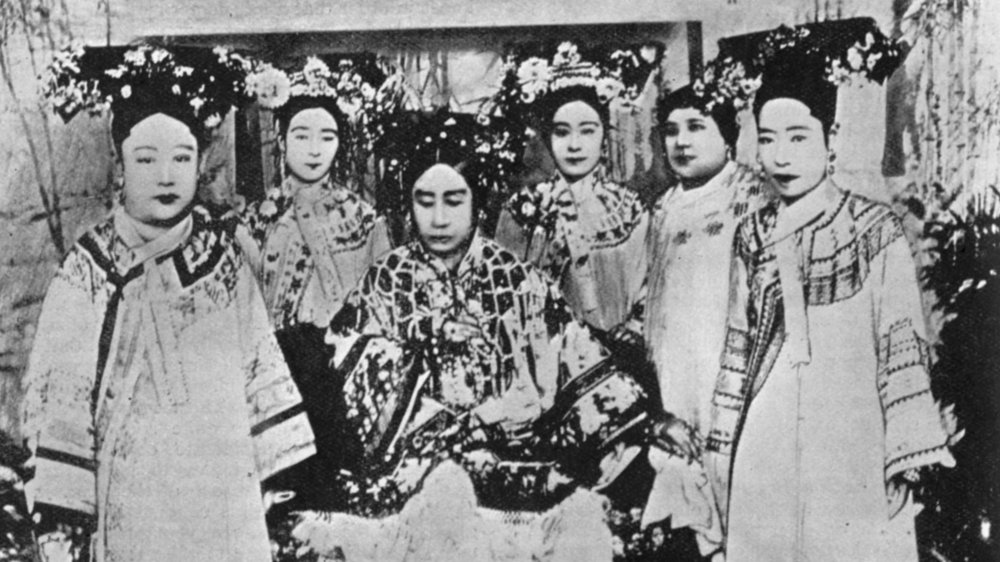 Dowager Empress Cixi (in the middle)