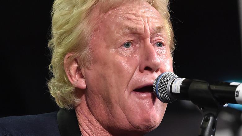 Robert Hart singing