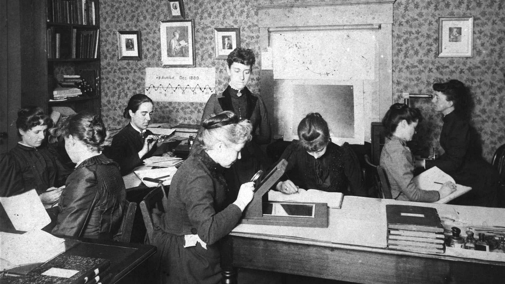 Harvard women looking at plates