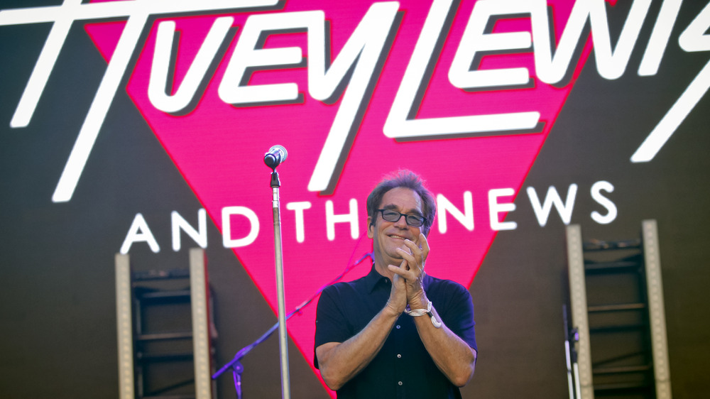 Huey Lewis clapping hands