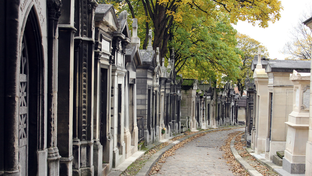 row of tombs in Pere Lachaise