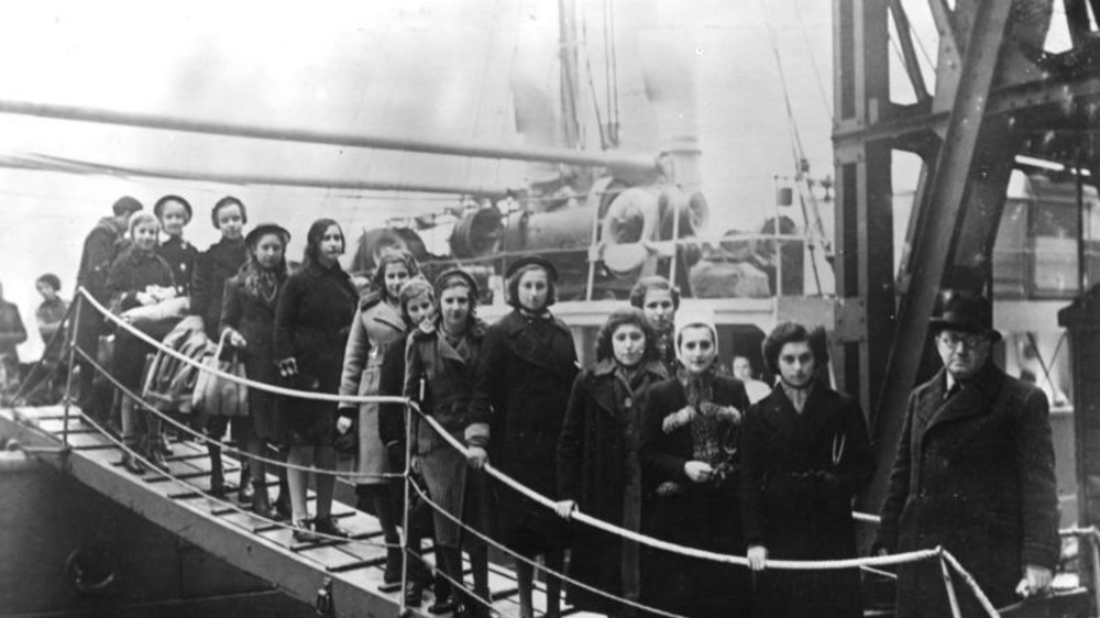 Arrival of Jewish refugees off a ship