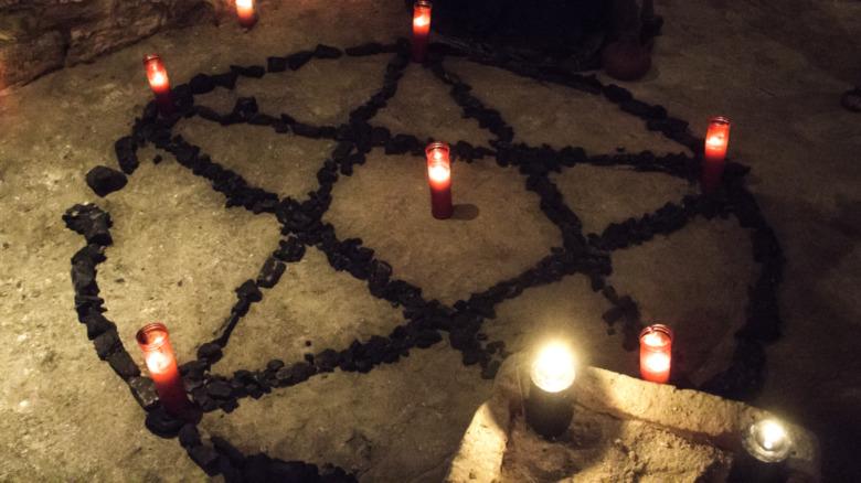 Символ пентакля в окружении свечей